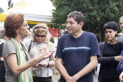 Sylvia Dantas talking with Rodrigo González (one of Kantuta square's market coordinators)